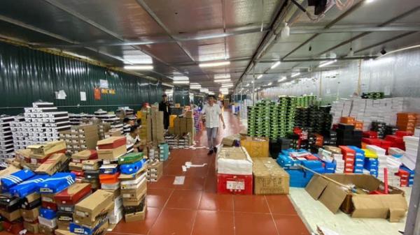 """Kho hàng lậu """"khủng"""" chốt hơn 1.000 đơn mỗi ngày: 'Anh em QLTT Lào Cai không ngờ nó lớn như thế'"""
