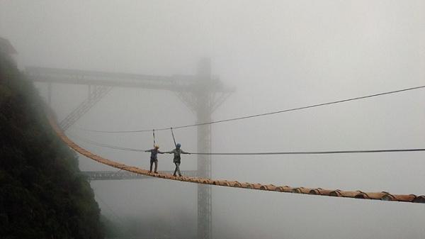 Thót tim vượt qua cầu treo vắt vẻo trên núi cao ở Tây Bắc