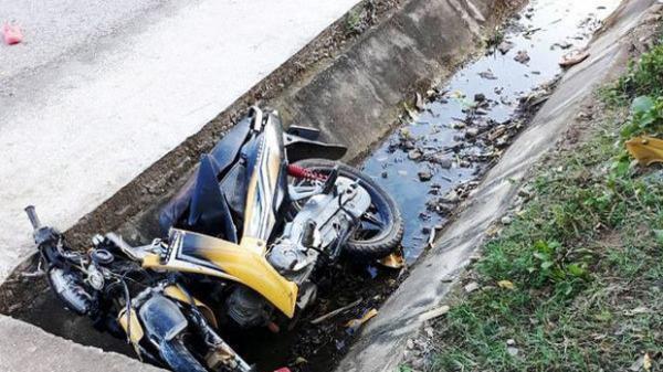Xe máy lao xuống mương nước, anh rể và em vợ tử vong