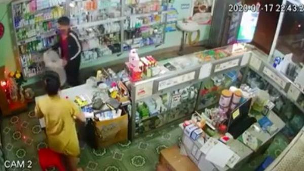 CLIP: Thanh niên Tây Bắc xộc vào hiệu thuốc, đập vỡ tủ kính lấy hàng và dọa bà chủ bằng một vật