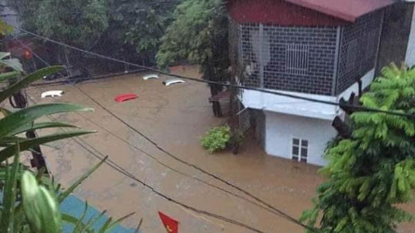 Mưa lớn trong đêm khiến hàng loạt ô tô đỗ ngoài đường bị nước ngập tới nóc