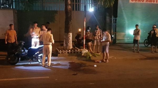 Vướng vào dây cáp thòng xuống đường, nam thanh niên đi xe máy bị cắt ngang cổ nguy kịch