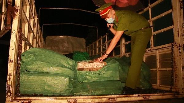 Lào Cai: Phát hiện xe tải chở 2,8 tấn chân gà đông lạnh không rõ nguồn gốc