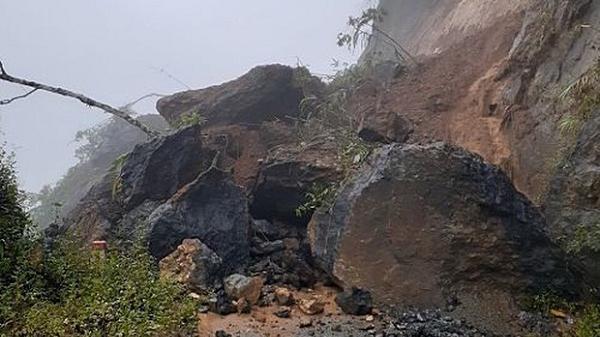 Tảng đá lớn từ sườn núi bất ngờ rơi xuống đè chết người