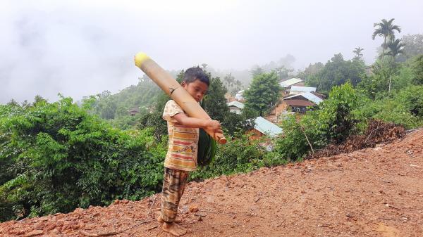 Cậu bé chân trần đi bộ đường núi, vác cây măng trên vai gửi tặng người dân ở tâm dịch