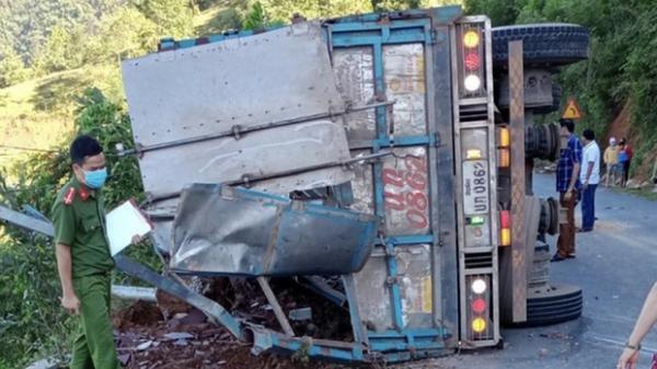 Xe tải lật khi đổ đèo, tài xế nhập viện, 2 mẹ con tử vong tại chỗ