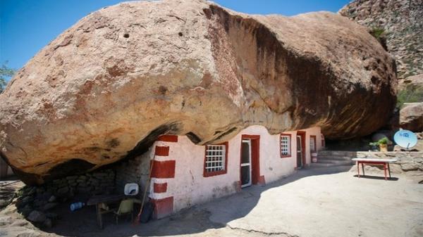 Cảnh tượng choáng ngợp khi tảng đá khổng lồ nặng gần 1.000 tấn đè lên ngôi nhà nhưng không sập, điều kiện sống bên trong còn tuyệt vời hơn