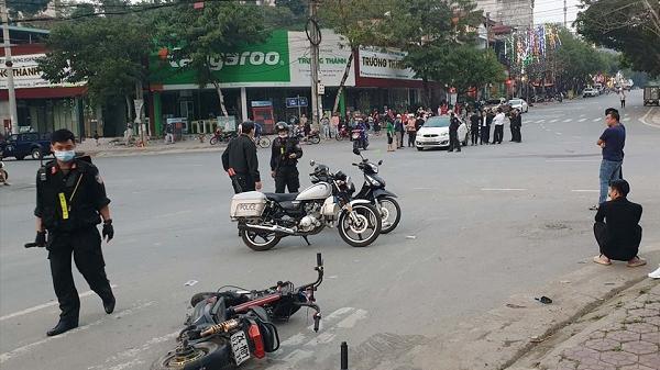 """Lào Cai: Xe """"kẹp 3"""" trốn cảnh sát cơ động, gây tai nạn giao thông"""