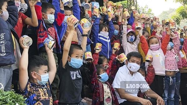 Ông Đoàn Ngọc Hải thực hiện lời hứa quay lại huyện Nậm Pồ giúp học sinh vùng cao