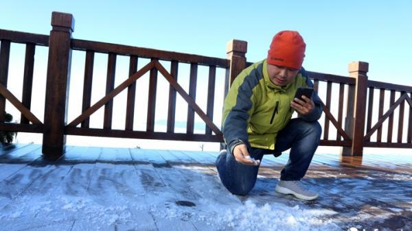 Sương muối trắng xóa, du khách đắp người tuyết trên đỉnh Fansipan