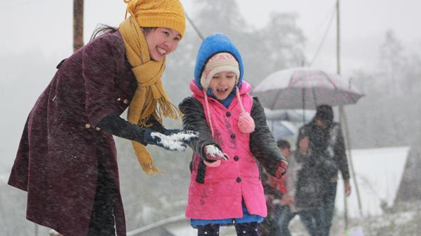 Chẳng phải sang tận trời Âu, du khách đổ xô lên Sa Pa tận hưởng khoảnh khắc tuyết rơi đẹp như trong phim