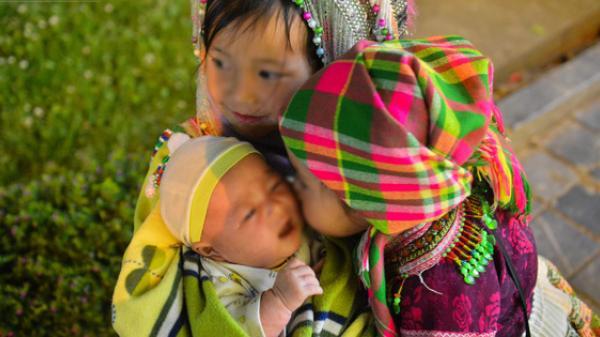 """Những đứa trẻ Sa Pa vẫn bị đẩy ra đường ăn xin, tay bế theo cả em nhỏ chỉ vài tháng tuổi dịp nghỉ lễ: """"Mẹ đi về nhà rồi, mẹ để em ở đây thôi"""""""