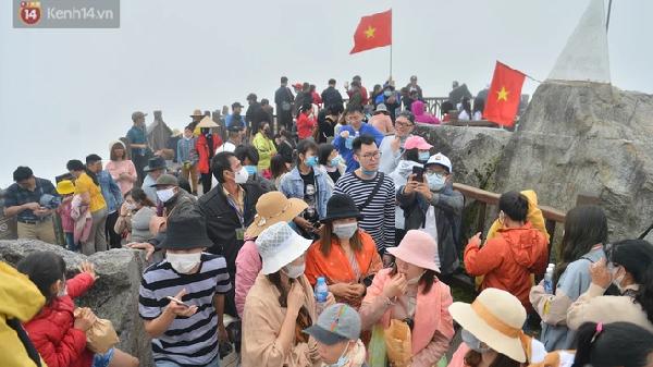 Ảnh: Dòng người ùn ùn lên đỉnh Fansipan, du khách nghiêm chỉnh đeo khẩu trang khi check-in dịp nghỉ lễ