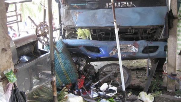 Xe tải mất lái lao vào quán giải khát, hai người bị thương nặng