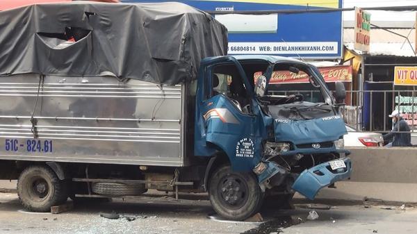 Xe tông liên hoàn, dân cạy cabin cứu tài xế bị kẹt