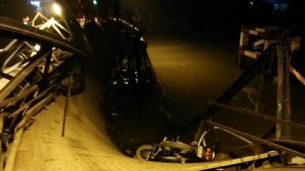 NÓNG: Sập cầu ở Sài Gòn, ôtô và xe máy rơi xuống sông