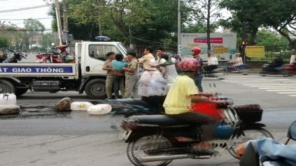 2 xe máy va chạm, dầu nhớt đổ ra đường ở TP.Tân An (Long An)