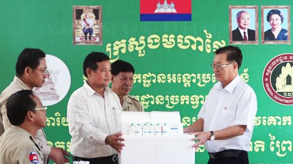 Long An hỗ trợ vắc-xin giúp tỉnh SvayRieng dập dịch lở mồm long móng