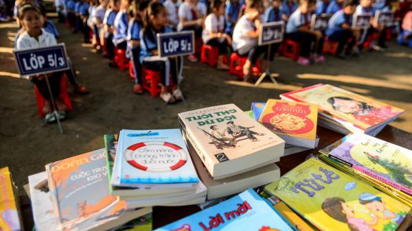 Long An: Học sinh vùng biên háo hức khi được tặng sách hay