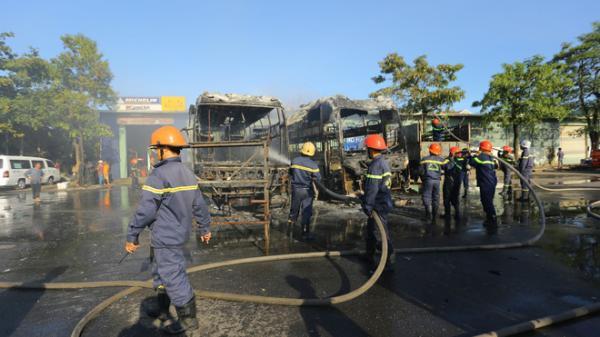 Clip: Hai xe khách bốc cháy dữ dội giữa bến xe trung tâm Đà Nẵng, hàng trăm hành khách nháo nhào