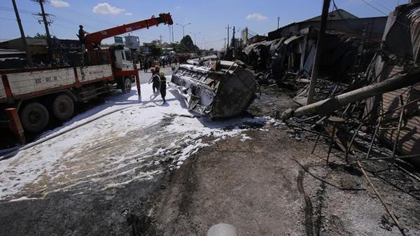 Clip: Xe bồn chở xăng gây cháy hàng loạt căn nhà ở Bình Phước chạy 99 km/h