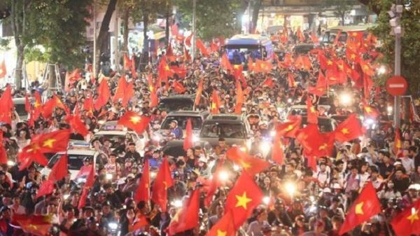 CĐV Đà Nẵng nhảy múa ăn mừng chiến thắng của đội tuyển Việt Nam