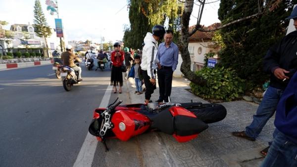 """Lâm Đồng: Môtô Ducati mới cóng """"bay"""" trên phố, hai người bị thương"""