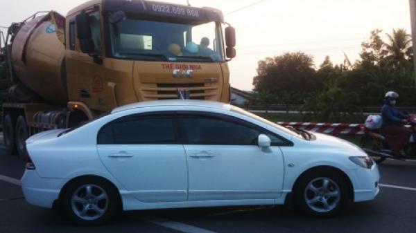 Xe trộn bê tông đâm xe du lịch, 5 người trong xe thót tim
