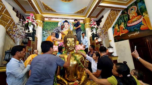Lễ tắm Tượng Phật trong Tết Chol Chnăm Thmay ở Cần Thơ