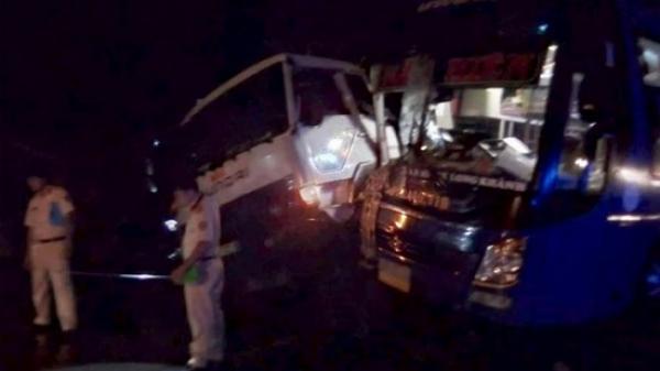 Xe khách va chạm kinh hoàng với xe tải, hành khách hoảng loạn