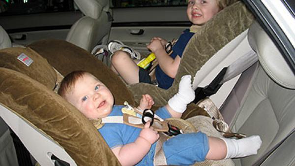 Vị trí ngồi an toàn nhất cho trẻ khi đi ô tô theo từng độ tuổi