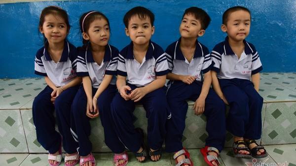 Ngày vào lớp 1 của 5 bé sinh 5 đầu tiên tại Việt Nam