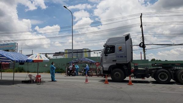 Một phóng viên scan giấy đi đường để thông chốt từ Đồng Nai qua TP.HCM
