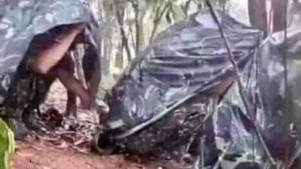 Dân mạng xót xa hình ảnh trú mưa của chiến sĩ tại chốt chặn cách ly