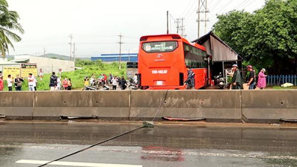 Bình Thuận: Xe khách lao vào nhà dân sau va chạm