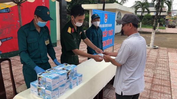 Đồng Nai: Chiến sĩ phát khẩu trang miễn phí, hỗ trợ người dân phòng dịch COVID-19