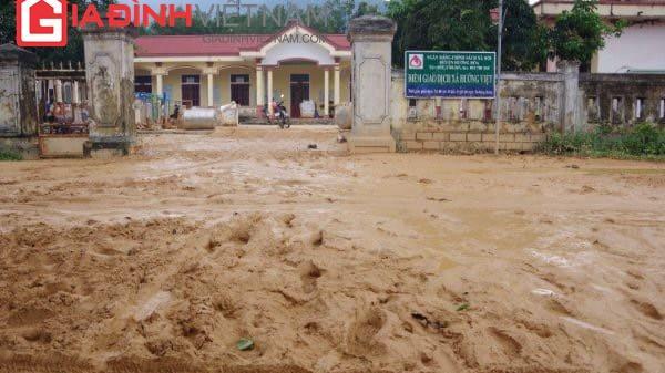Bùn ngập gần nửa mét, giáo viên ở Quảng Trị bật khóc vì học sinh chưa thể đến lớp