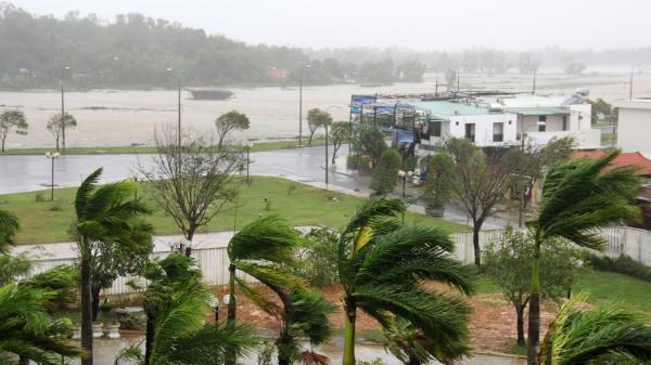 Bão vào Quảng Ngãi, gió quật khủng khiếp, nhà cửa tan hoang, nhiều người thương vong