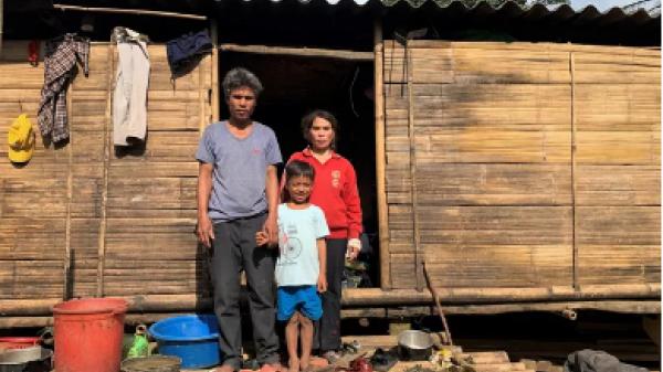 Vụ 10 triệu đồng bỏ quên trong áo quần cứu trợ: Tặng lại số tiền cho người đàn ông nghèo