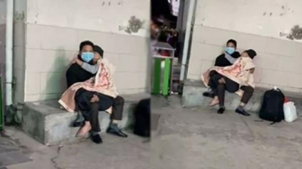Xúᴄ động hình ảnh người con ôm chặt mẹ vào lòng lúc chờ khám bệnh: Mẹ đã gánh con cả 1 đời