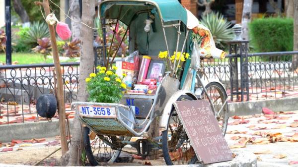 Xúc động bàn thờ ông xích lô bên bờ biển Nha Trang