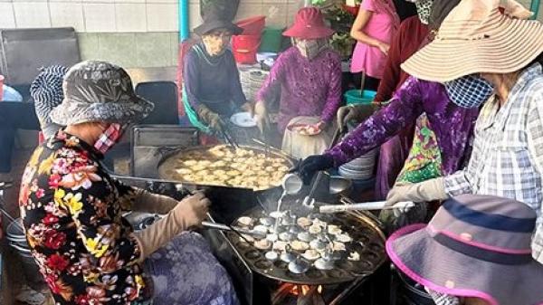 Khách đội nắng đợi hàng giờ để ăn bánh khọt nổi tiếng Vũng Tàu