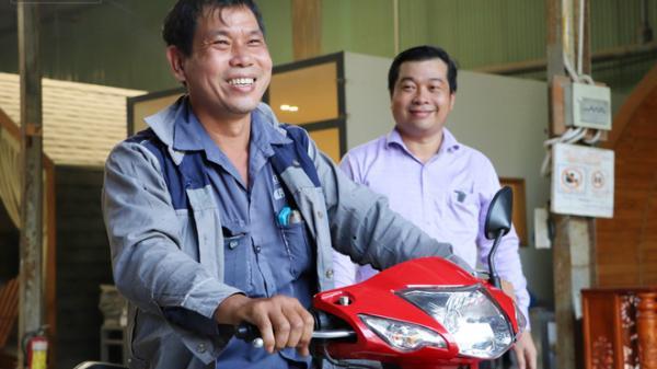 """Gây tai nạn không bị bắt đền còn được chủ Mercedes tặng xe mới, người đàn ông xúc động: """"Con gái chú sẽ hết mặc cảm"""""""