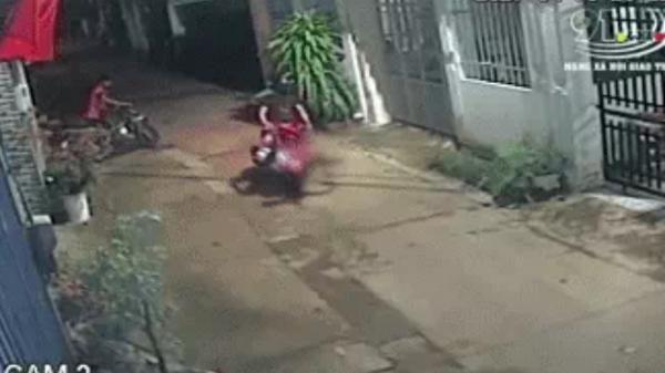 Kinh hoàng xe máy đâm rồi chèn bánh qua người bé gái 3 tuổi ở Đồng Nai: Bài học đau lòng cho các bậc phụ huynh