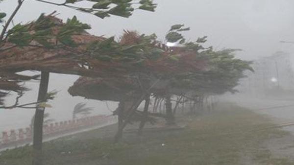 KHẨN CẤP: Bão số 3 giật cấp 12 tiến sát đất liền, các tỉnh đang mưa lớn, gió lốc mạnh