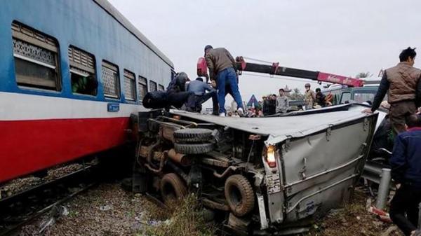 Tai nạn kinh hoàng: Tàu hỏa đâm biến dạng xe tải, tài xế trọng thương
