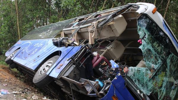 Xe khách giường nằm va vào đuôi xe tải đang đậu bên đường, 2 người tử vong