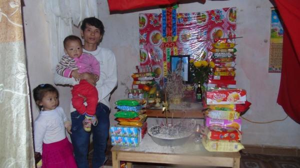 Mẹ tử vong sau 4 ngày đi làm, hai đứa con thơ hàng ngày bắt bố dẫn đi tìm mẹ
