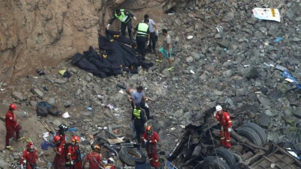 Xe khách đâm xe tải lao xuống vực, 36 người thiệt mạng