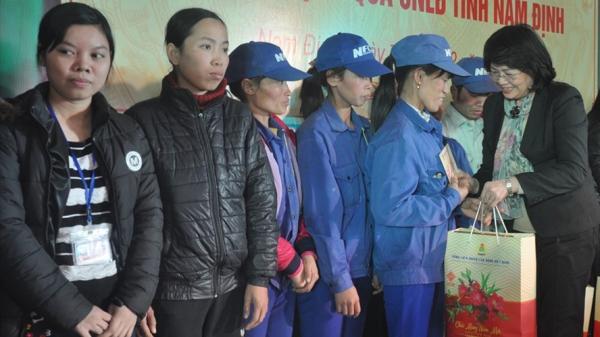 Tâm sự đẫm nước mắt của người phụ nữ Nam Định nhận quà Tết để mua quần áo cho con